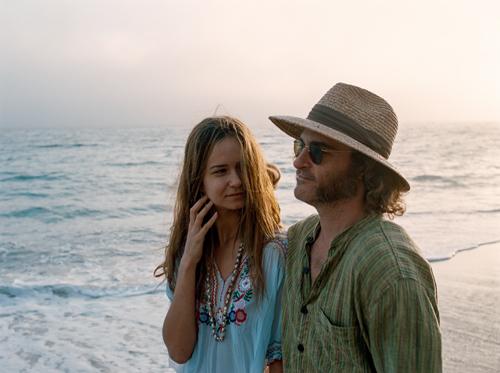 Am Ende geht's um die Liebe: Shasta Fay Hepworth (Katherine Waterston) und Doc Sportello (Joaquin Phoenix) kommen nicht voneinander los.