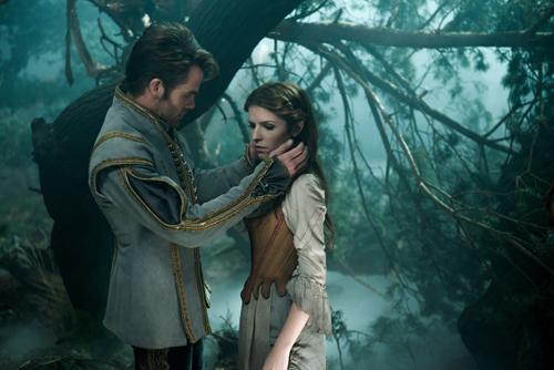 Prince Charming (Chris Pine) gefällt der klugen Cinderella (Anna Kendrick) leider letztlich doch nicht so gut.