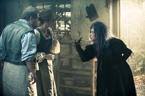 Die Hexe (Meryl Streep, rechts) macht dem Bäckerpaar (James Corden und Emily Blunt) unmissverständlich klar, dass sie ihr vier Dinge aus dem Wald besorgen müssen.
