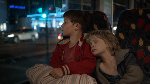 Für seinen kleinen Bruder Manuel (Georg Arms, rechts) muss Jack (Ivo Pietzcker) stets der Fels in der Brandung sein - auch wenn er selbst noch ein Kind auf der verzweifelten Suche nach seiner Mutter ist.