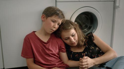 Jack (Ivo Pietzcker) muss aufgrund seiner unreifen Mutter Sanna (Luise Heyer) die Vaterrolle übernehmen.