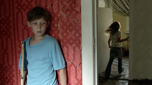 """Jack (Ivo Pietzcker) beobachtet die anderen Heimkinder beim """"asoziale Familie""""-Spielen."""