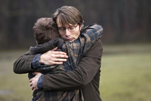 Marcus (Lasse Fogelstrom) hält zu seinem zu Unrecht beschuldigten Vater Lucas (Mads Mikkelsen).