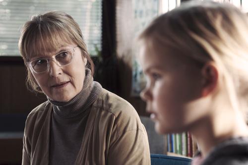 Andeutungen der kleinen Klara (Annika Wedderkopp) werden von der Kindergartenleiterin zu einem Verdacht hochgespielt.