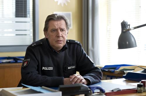 Dirk Matthies (Jan Fedder), noch von seiner Krankheit gezeichnet, ist zurück aus Kanada. Im Verlauf der 27. Staffel wird er seine Uniform bis auf Weiteres ausziehen.