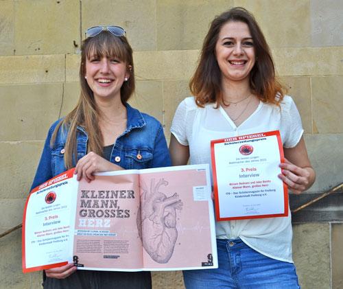 Joke Benitz und Miriam Bednarz mit ihren Urkunden zum Spiegelpreis