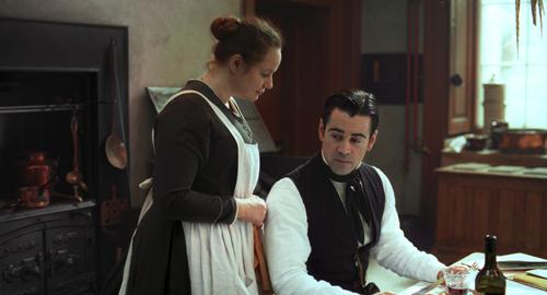 John (Colin Farrell) klagt sein Leid über Fräulein Julie seiner Quasi-Verlobten, der Köchin Kathleen (Samantha Morton).