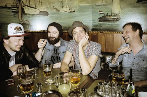 Zurück zum Artikel Darauf einen Schnaps: Zwischen Jupiter Jones und ihrem neuer Sänger Sven Lauer (zweiter von rechts) stimmt die Bandchemie.