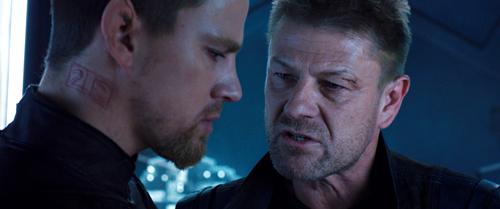 Ex-Söldner Caine (Channing Tatum, links) wird von Stinger (Sean Bean) instruiert, wie die Menschheit gerettet werden kann.