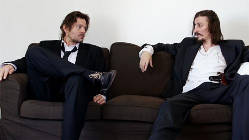 Freunde werden die beiden nicht mehr: Zwei Profikiller (rechts Cristian Ioan Gutau, links Florin Piersic, der das Drehbuch schrieb und Regie führt) warten auf das Eintreffen ihres Opfers.
