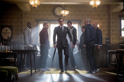 """Bevor Gary seine Ausbildung zum """"Kingsman"""" beginnen kann, muss Agent Harry (Colin Firth, Mitte) ihn erst noch vor einer Schlägerei in einem Pub bewahren."""