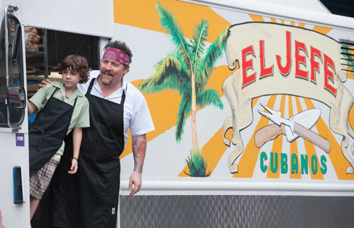 Carl Casper (Jon Favreau) und sein Sohn Percy (Emjay Anthony) nähern sich auf einem Road-Trip im Fast-Food-Truck an.