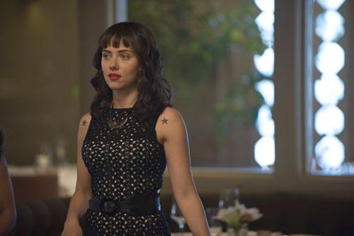 Scarlett Johansson hat als melancholische Kellnerin Molly eine kleine Nebenrolle.