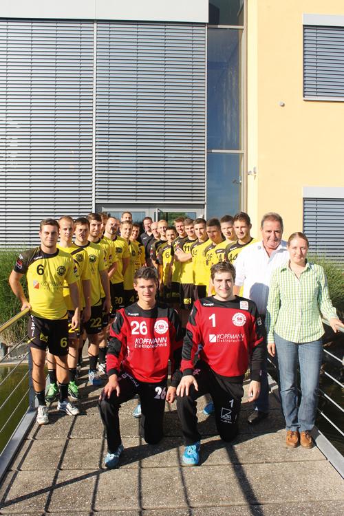 Zwei Kopfmänner und ein Haufen Handballer: Ohne das Sponsoring von Reinhold und Carmen Kopfmann (vorne rechts) wäre Drittliga-Handball bei der SG Köndringen-Teningen wohl gar nicht möglich.