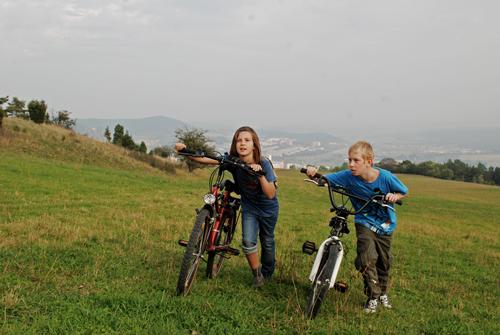 Kleine Fluchten: Sascha (Marcel Hoffmann) und Elli (Frieda-Anna Lehmann) verbringen unbeschwerte Stunden am Rande der Stadt.