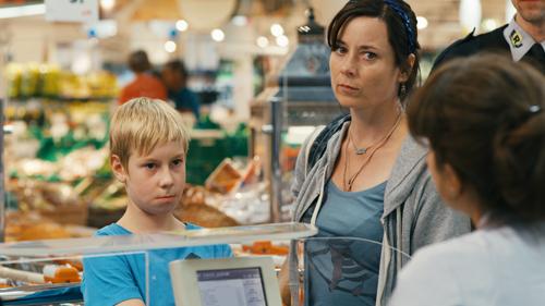 Saschas Mutter (Inka Friedrich) sieht sich mal wieder mit dem Vorwurf eines Diebstahls konfrontiert. Sascha (Marcel Hoffmann) streitet alles ab.