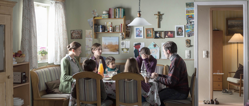 Verfluchtes Abendmahl: Marias herzlose, bigotte Mutter (Franziska Weisz, links) staucht ihre Tochter (Lea van Acken, Mitte) wieder einmal im Namen des gestrengen Herrn zusammen.