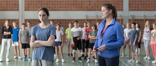 """Maria (Lea van Acken, links) erkärt ihrer Lehrerin (Birge Schade), dass sie sich im Sportunterricht nicht zu """"satanischen"""" Rhythmen bewegen darf."""