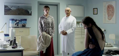 Marias Mutter (Franziska Weisz, links) weigert sich ihre schwer magersüchtige Tochter Maria (Lea van Acken) mit dem Arzt (Ramin Yazdani) allein zu lassen.