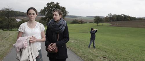 Auch das einfühlsame französische Au-pair-Mädchen Bernadette (Lucie Aron) kann Maria (Lea van Acken) letztlich nicht von ihrem Leidensweg abbringen.