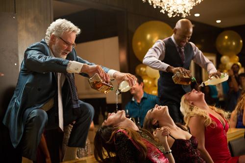 Party ohne Ende: Sam (Kevin Kline, links) füllt die Mädels ab.