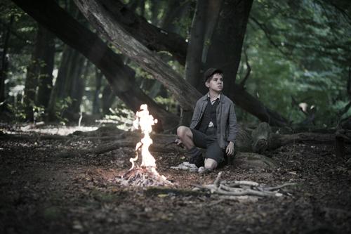 """Srulik (Andrzej oder Kamil Tkacz) überlebt trotz aller Widrigkeiten in den Wäldern. """"Du musst überleben"""", hatte der Vater zu ihm gesagt."""