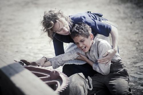 Auf einem Gutshof wird Srulik (Andrzej oder Kamil Tkacz) an einer Getreidemühle der Arm eingequetscht. Die Geliebte eines SS-Manns (Jeanette Hain) versucht ihn zu retten.