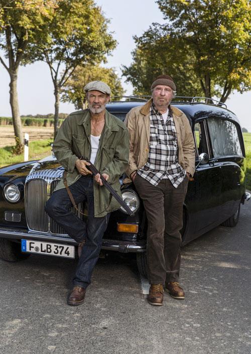 """Heiner Lauterbach (links) und Friedrich von Thun spielen in der ARD-Tragikomödie """"Letzte Ausfahrt Sauerland"""" zwei knorrige alte Freunde."""