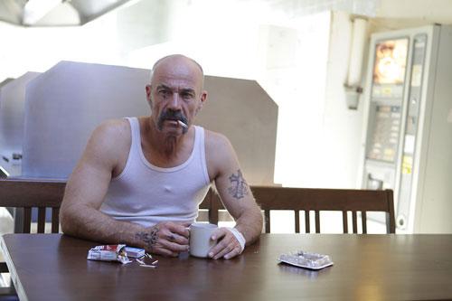 """Selten hat man einen lakonischeren Schauspieler im deutschen Kino gesehen als Heiner Lauterbach im Gangsterfilm """"Harms"""" (2014)."""