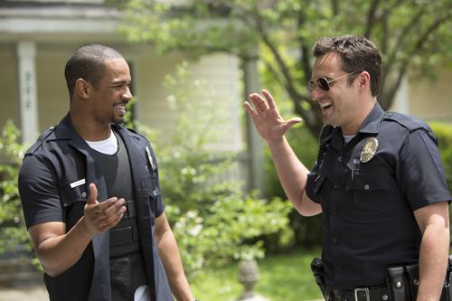 Schlag ein Kumpel: Justin (Damon Wayans Jr., links) und Ryan (Jake Johnson) haben die üblichen Cop-Gesten voll drauf.