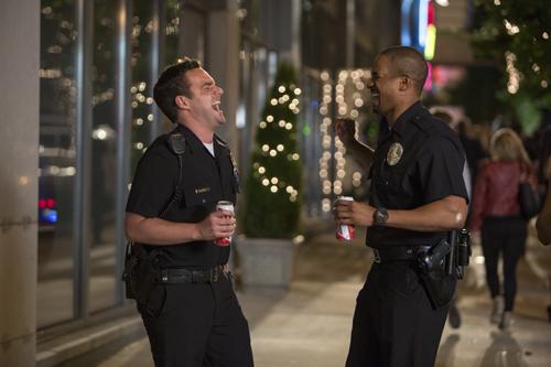 Ryan (Jake Johnson, links) und Justin (Damon Wayans Jr.) sind von der Wirkung ihrer Verkleidung begeistert.