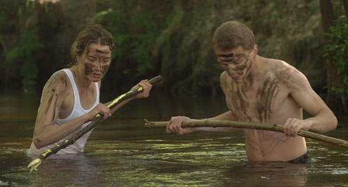 Im Wald zu Abenteurern geworden, spießen Madeleine (Adèle Haenel) und Arnaud (Kévin Azaïs) Fische fürs Mittagessen auf.