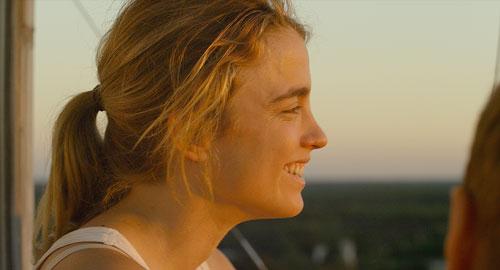 Madeleine (Adèle Haenel) ist so aufs Überlebenstraining für den Weltuntergang fixiert, dass ihr nur in sehr seltenen Momenten ein Lächeln übers Gesicht huscht.