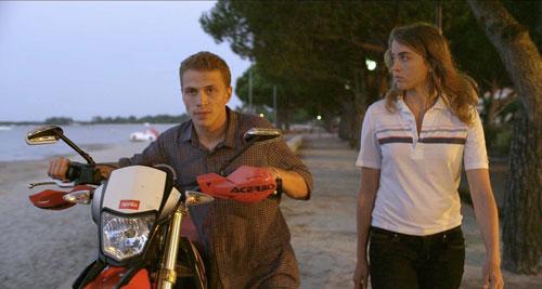 Arnaud (Kévin Azaïs) und Madeleine (Adèle Haenel) gehen zusammen aus - doch bis sie sich wirklich näher kommen, dauert es noch.