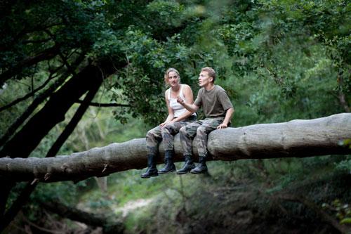 Erst in einem ungeheuren Wald fallen die Schranken zwischen Madeleine (Adèle Haenel) und Arnaud (Kévin Azaïs).