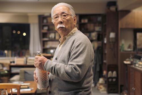 Wer ist dieser ältere Herr, der Akiko (Rin Takanashi) empfängt, wirklich?
