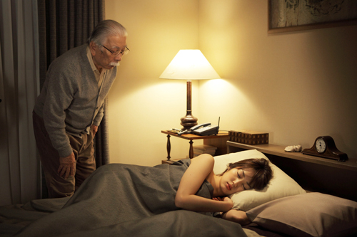 Akiko (Rin Takanashi) verbringt in ihrem Job als Callgirl eine Nacht in Takashis (Tadashi Okkuno) Wohnung.