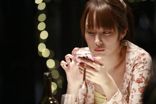 Akiko (Rin Takanashi) belügt ihren Freund und versetzt ihre Großmutter.