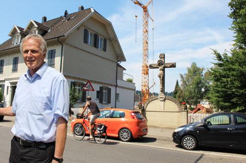 Das Kreuz an der Lindenmattenstraße ist denkmalgeschützt und bleibt stehen. Aufmerksamer Anwohner: Rolf Braunschweig.