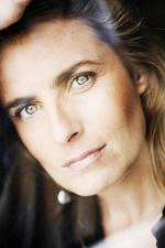 Zurück zum Artikel Früher war Lisa Azuelos Aktienhändlerin, unterstützte dann trotz mangelnder Vorerfahrung spontan einen Produktionsdesigner und ist nun erfolgreiche Autorin, Regisseurin und seit kurzem auch Schauspielerin.