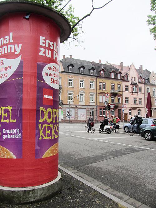 Litfaßsäule an der Engelbergerstraße.