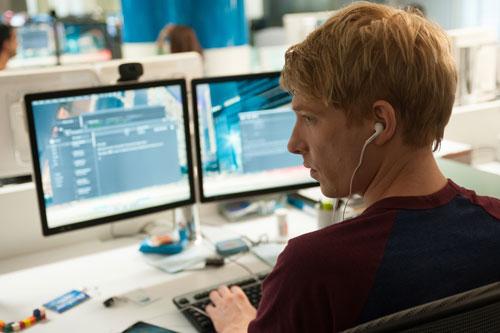 Im Computersystem von Nathan stößt Caleb (Domhnall Gleeson) auf Spuren von Nathans Versuchen mit Schöpfungen künstlicher Intelligenz.