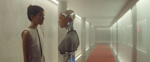 Zwei sehr verschiedene Frauen begegnen sich: Die scheinbar taubstumme Kyoko (Sonoya Mizuno, links) und die mit den Mitteln der künstlichen Intelligenz erschaffene Ava (Alicia Vikander, rechts).