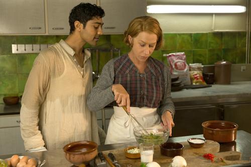Madame Mallory (Helen Mirren) nimmt Hassan (Manish Dayal) unter ihre Fittiche.
