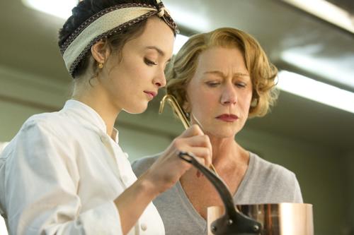 Madame Mallory (Helen Mirren) führt in der Küche ein strenges Regiment. Das weiß Marguerite (Charlotte Le Bon) nur zu gut.