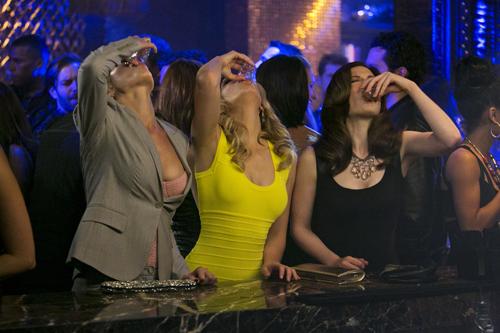 Hoch die Tassen: Ihre Freundinnen haben Meghan (Elizabeth Banks, Mitte) zu einem Mädelsabend überredet.