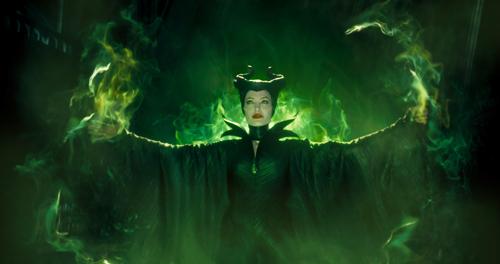 So kennt man Maleficent (Angelina Jolie) - als böse Fee, die ein wehrloses Baby verflucht.