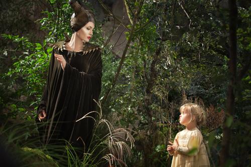Maleficent (Angelina Jolie) behält Prinzessin Aurora (Vivienne Jolie-Pitt, rechts) im Auge.