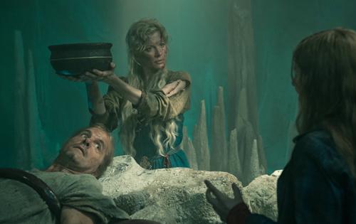 Der Halbgott Loki (Christoph Maria Herbst) ist gefesselt und wird mit Schlangengift betropft. Linderung bringt seine Frau Sigyn (Eva Habermann), die das Gift mit einer Schale auffängt.