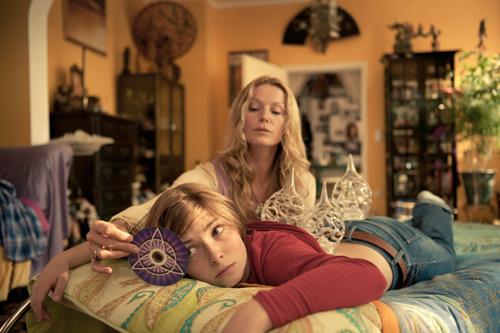 Da liegt Maras (Lilian Prent) Stirn in Falten: Ihre Mutter (Esther Schweins) bezieht sie immer wieder in ihre esotherischen Exkurse ein.